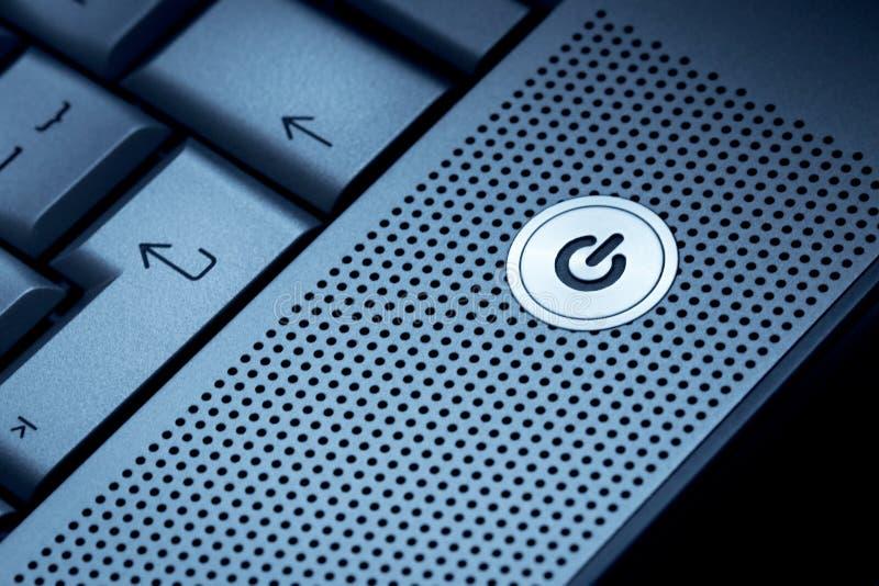 Zbliżenie srebnego błękitnego komputerowego laptopu selekcyjna ostrość na stanie pogotowia na guzika ideale dla technologia począ zdjęcie royalty free