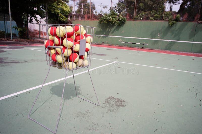Zbliżenie stalowy kosz z tenisowymi piłkami wśrodku obraz royalty free