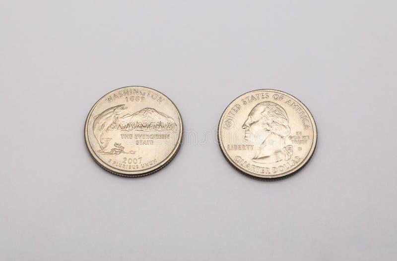 Zbliżenie stan washington symbol na Kwartalnego dolara monecie na Białym tle zdjęcia stock