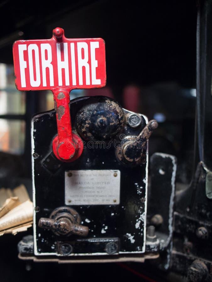 Zbliżenie stara czerwień dla dzierżawienie znaka przy starym samochodowym muzeum w Cotswolds obrazy stock