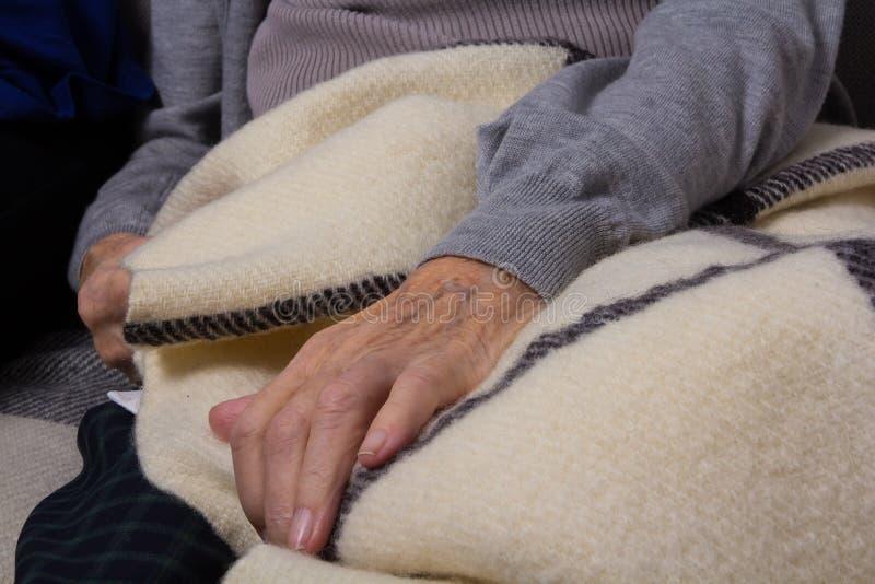 Zbliżenie starej kobiety ręka obrazy royalty free