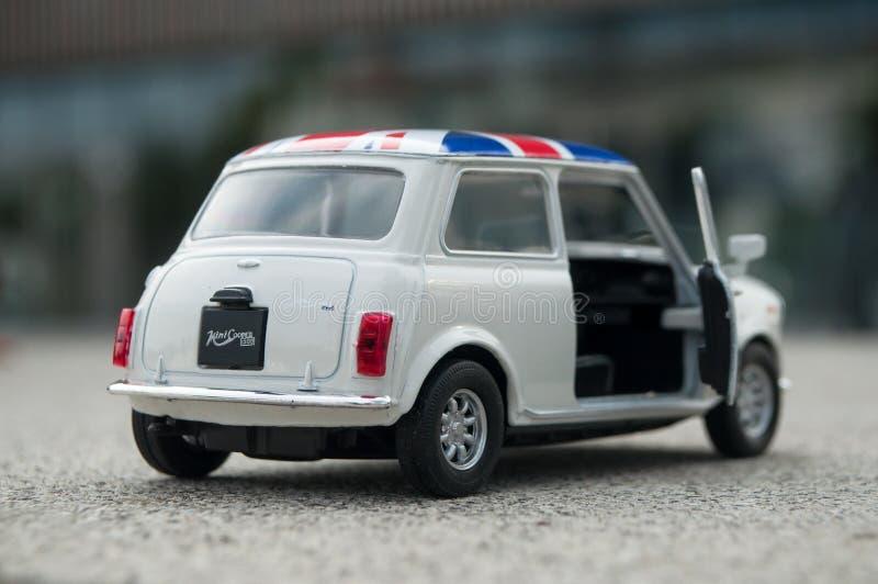 Zbliżenie stary biały mini bednarz z brytyjską flaga na dachu na drylującym tle fotografia royalty free