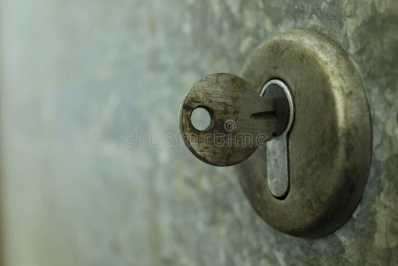 Zbliżenie stary keyhole z kluczem zdjęcie royalty free