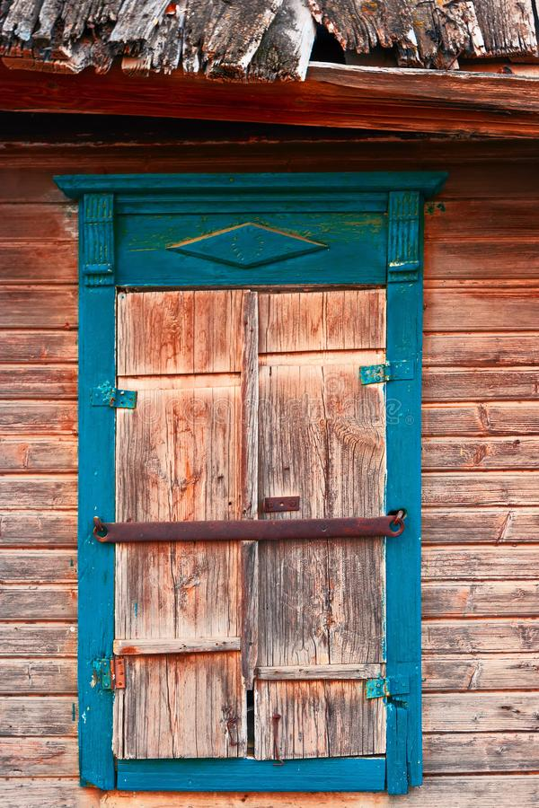 Zbliżenie stary okno w slamsach Karakułowy, Rosja fotografia royalty free