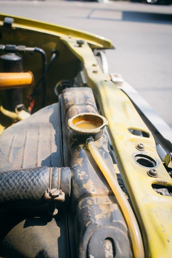 Zbliżenie stary samochodowy grzejnik z otwartą nakrętki plombowania wodą fotografia stock