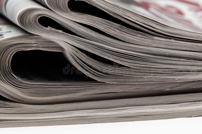 Zbliżenie sterta gazety Asortyment fałdowe gazety na bielu Wiadomość dnia, dziennikarstwo, władza środki, obraz royalty free