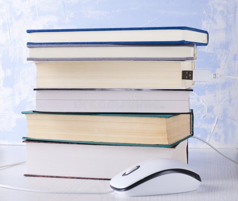 Zbliżenie sterta książki i komputerowa mysz Poj?cie nauczanie online i czytanie obraz royalty free