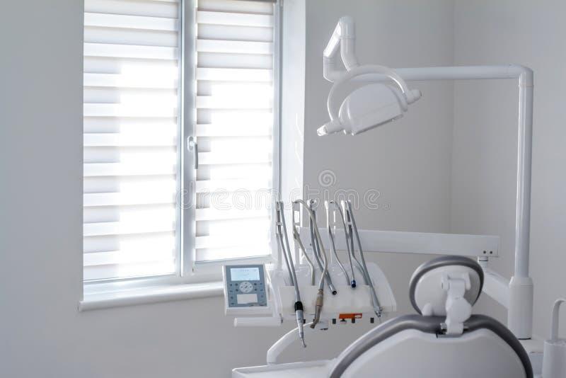 Zbli?enie stomatologiczni instrumenty i wyposa?enie w pustych dentystach biurowych zdjęcie stock