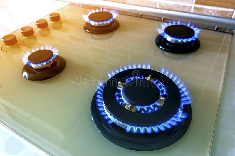 Zbliżenie strzał błękita ogień od domowej kuchennej kuchenki Benzynowy cooke obrazy royalty free