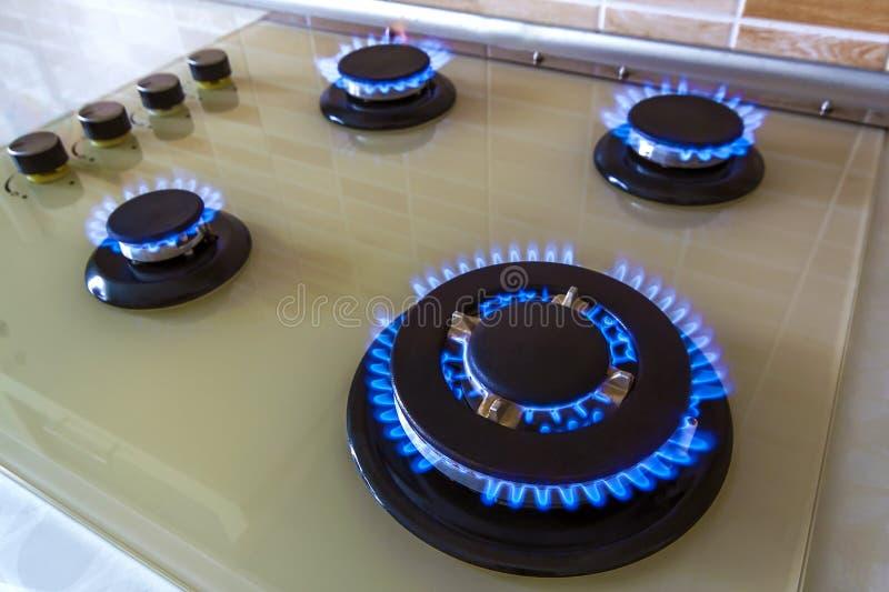Zbliżenie strzał błękita ogień od domowej kuchennej kuchenki Benzynowy cooke zdjęcia royalty free