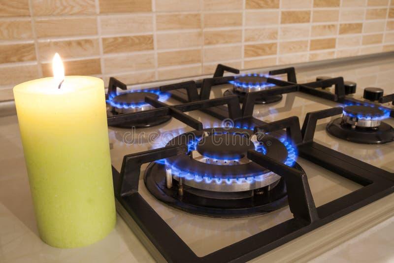 Zbliżenie strzał błękita ogień od domowej kuchennej kuchenki Benzynowy cooke obraz stock