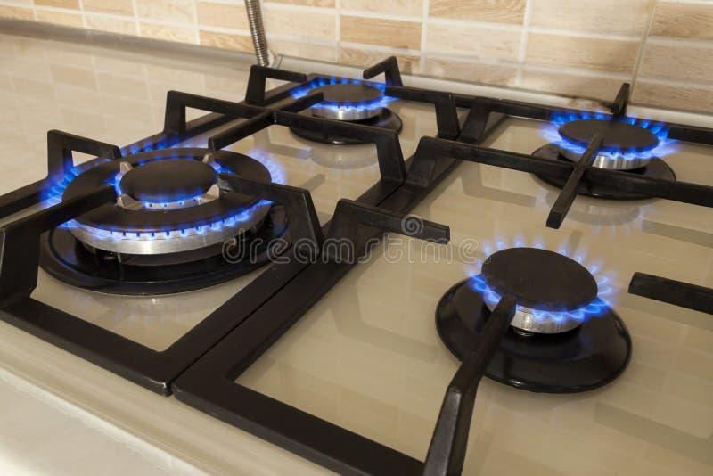 Zbliżenie strzał błękita ogień od domowej kuchennej kuchenki Benzynowy cooke fotografia stock