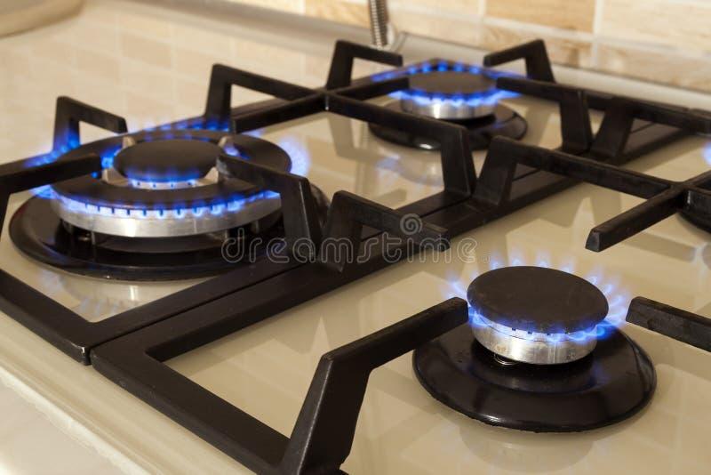 Zbliżenie strzał błękita ogień od domowej kuchennej kuchenki Benzynowy cooke fotografia royalty free
