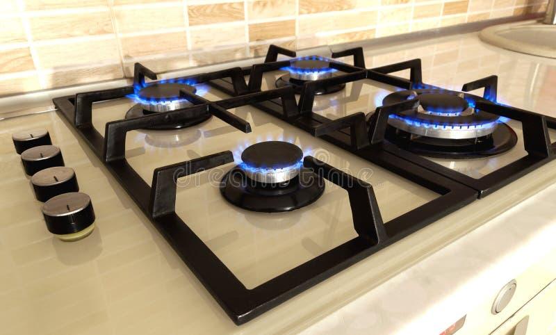 Zbliżenie strzał błękita ogień od domowej kuchennej kuchenki Benzynowy cooke zdjęcia stock