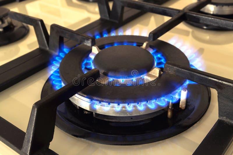 Zbliżenie strzał błękita ogień od domowej kuchennej kuchenki Benzynowy cooke obraz royalty free