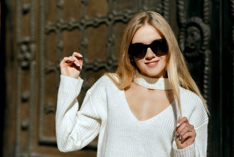 Zbliżenie strzał chłodno blondynki dziewczyna z długie włosy jest ubranym dzianiny whi obraz stock