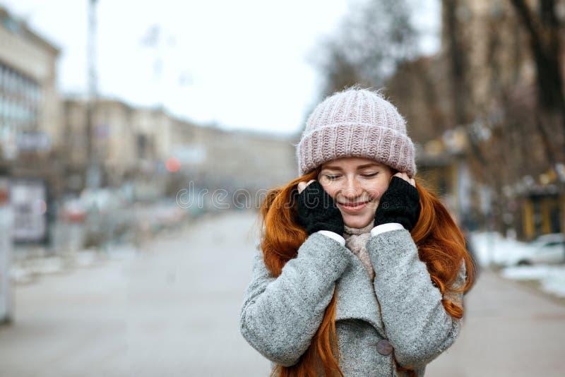 Zbliżenie strzał czuła imbirowa kobieta z długie włosy jest ubranym knitt zdjęcia royalty free