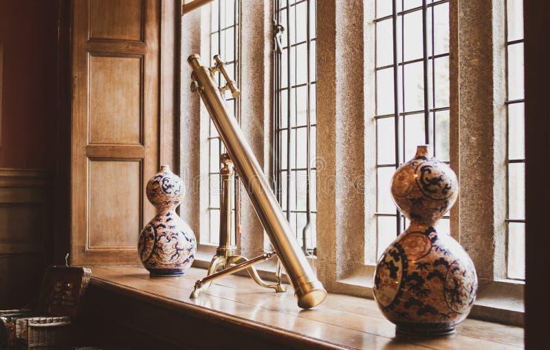 Zbliżenie strzał dekoracyjni garnki i teleskop w środku na windowsill zdjęcie stock