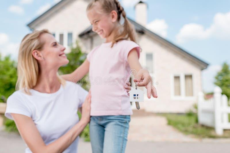 zbliżenie strzał klucz z błyskotką w ręce uśmiechnięty małe dziecko obrazy stock