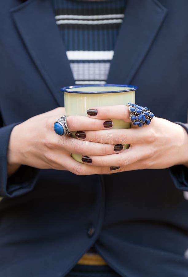 Zbliżenie strzał kobiety mienia herbaciany kubek zamknijcie młodych kobiet zdjęcia stock