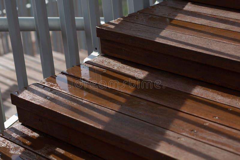 Zbliżenie strzał mokry drewniany schody po deszczu zdjęcie stock
