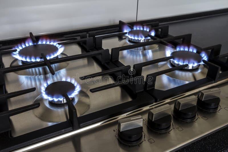 Zbliżenie strzał ogień od benzynowej kuchennej kuchenki zdjęcie stock