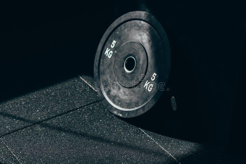 Zbliżenie strzał pojedynczy dumbbell ciężar umieszczający na podłoga zdjęcia stock