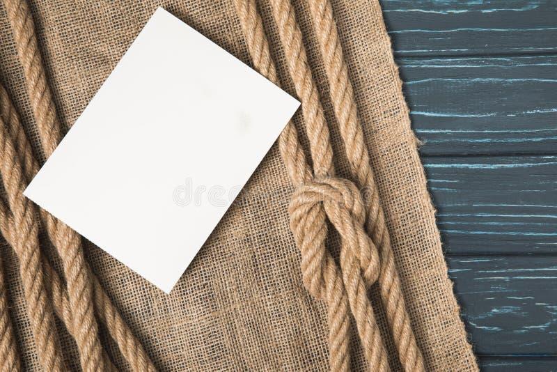 zbliżenie strzał pusty biały papier na parcianych i brown nautycznych supłać arkanach obrazy royalty free
