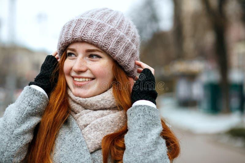Zbliżenie strzał szczęśliwy imbiru model z długie włosy jest ubranym knitte obrazy royalty free