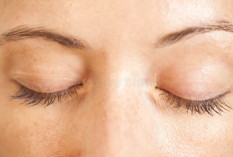 Zbliżenie strzał zamykający kobieta ono przygląda się z makeup obrazy royalty free
