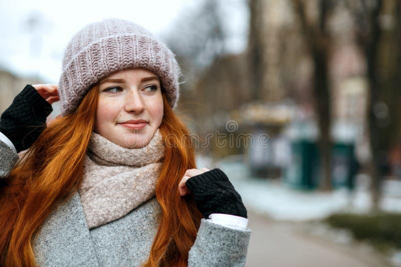 Zbliżenie strzelał elegancka imbirowa dziewczyna z długie włosy jest ubranym knitt obrazy royalty free