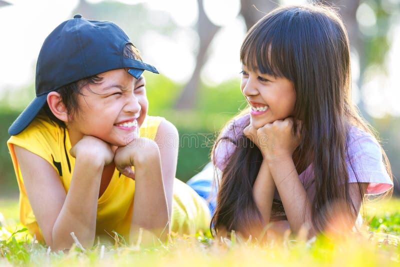 Zbliżenie szczęśliwa mała azjatykcia dziewczyna z jego bratem obraz stock