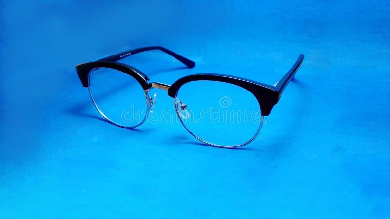 Zbliżenie szkła na błękitnym tle zdjęcie royalty free