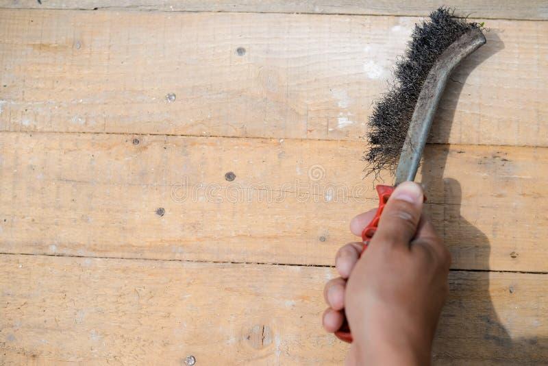 Zbliżenie szorowanie i cleaning z metalem szczotkujemy zdjęcie royalty free