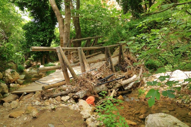 Zbliżenie szpotawy i obdrapany drewniany most na Crete, Grecja fotografia stock