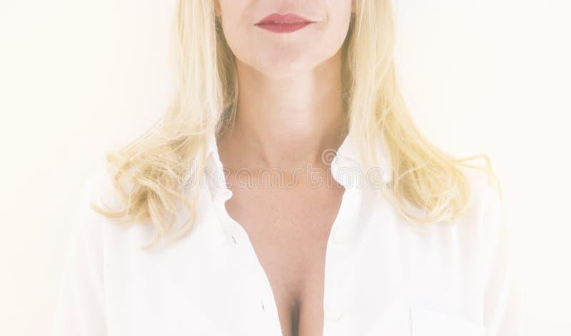 Zbliżenie szyja i podbródek blond kobieta obraz stock