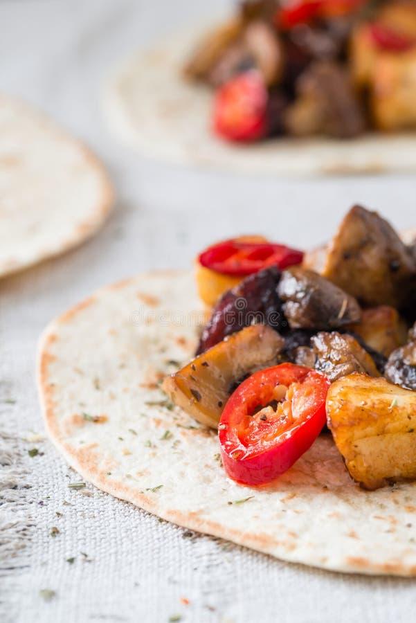 Zbliżenie tacos z piec na grillu pieczarkami, Hiszpański korzenny kiełbasiany chorizo, Meksykańscy tortillas, Cypryjski serowy ha obraz stock