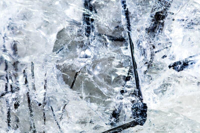 Zbliżenie tourmalin lub schorl igły w czystej kwarc zdjęcia royalty free