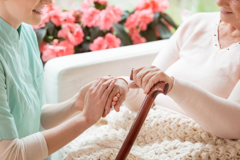 Zbliżenie troskliwy ochotniczy działanie w emerytura domu holdi zdjęcia stock