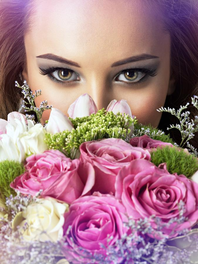 Zbliżenie twarz piękna dziewczyna z kwiatami zdjęcie stock