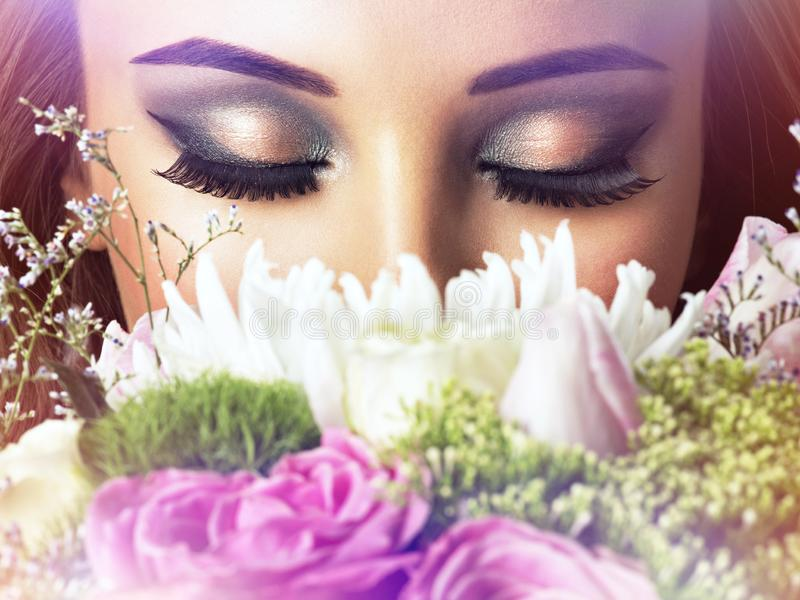 Zbliżenie twarz piękna dziewczyna z kwiatami zdjęcia royalty free