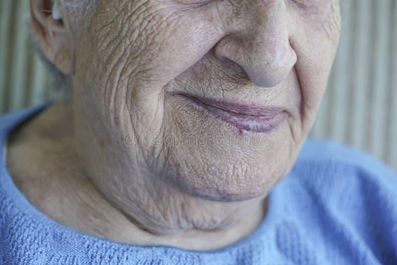 Zbliżenie twarz urocza starsza kobieta zdjęcie royalty free