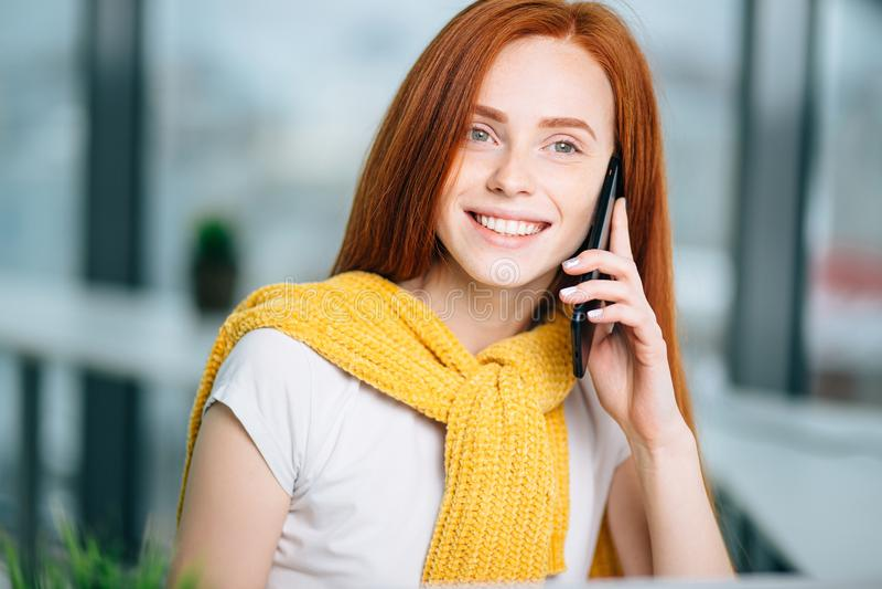 Zbliżenie twarzowy portret szczęśliwa rudzielec kobieta na telefonu komórkowego wezwaniu zdjęcie royalty free