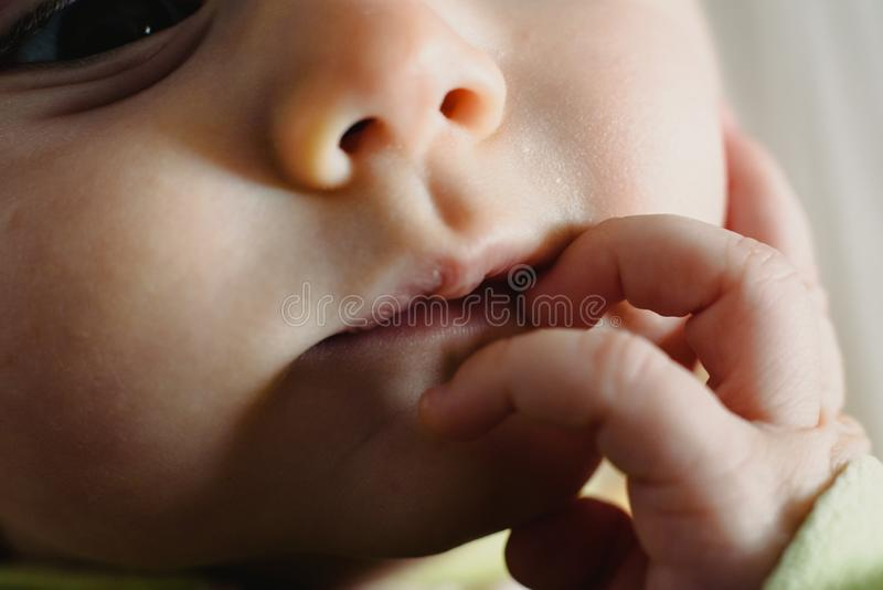 Zbliżenie twarzy zmartwionego dziecka, makro portret fotografia royalty free