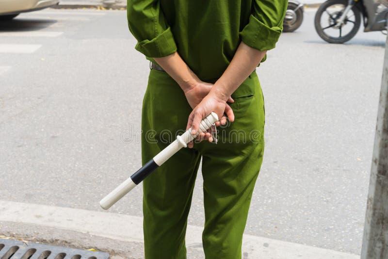 Zbliżenie tylny widok Wietnamska policja drogowa z zieleń klubem i mundurem obraz royalty free