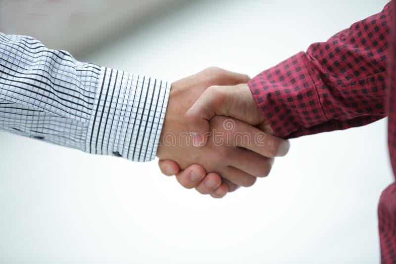 zbliżenie uścisku dłoni kierownik i klient obraz stock