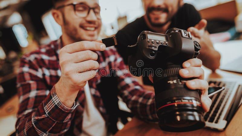 Zbliżenie Uśmiechnięta facet wszywki SD karta in camera obraz stock