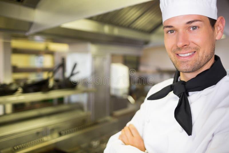 Zbliżenie uśmiechnięty samiec kucharz w kuchni zdjęcie royalty free