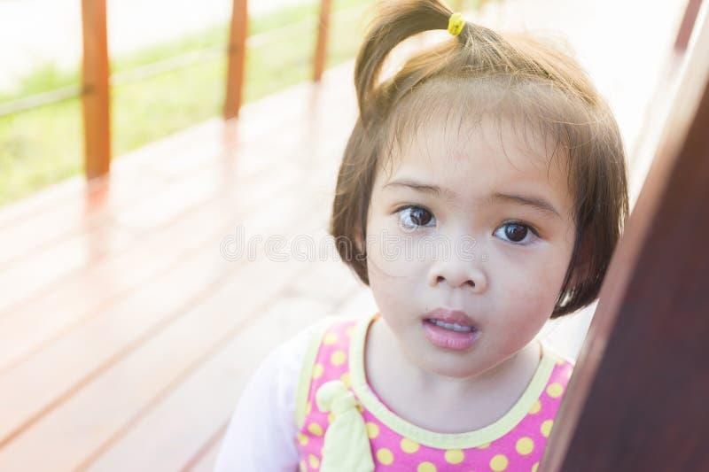 Zbliżenie uroczej twarzy mała azjatykcia dziewczyna obrazy royalty free