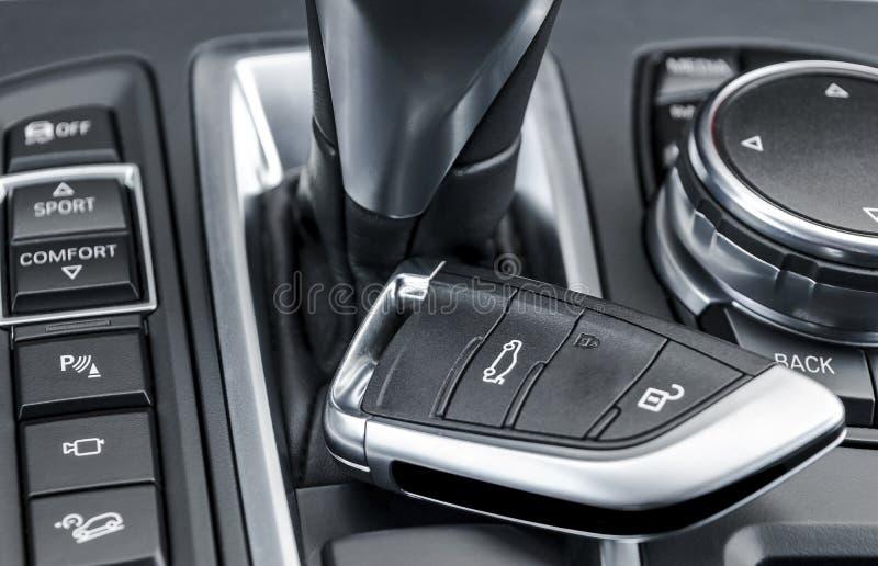 Zbliżenie wśrodku pojazdu radio klucza zapłon Zaczyna silnika klucz Samochodu kluczowy pilot w czarnym dziurkowatym rzemiennym wn obraz royalty free